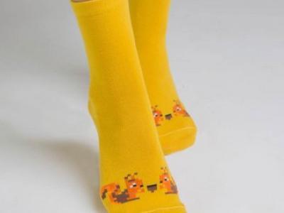 классический носок с рисунком в виде белочек и пикселей